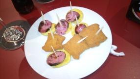 Chorizo cu cartofi și pernuțe umplute cu pește.