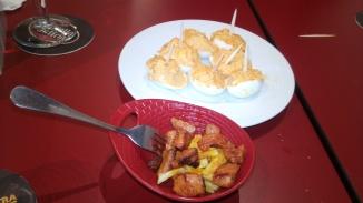 1.Ouă umplute cu pește, maioneză și cașcaval. 2. Cartofi prăjiți cu raxo (carne gătită la foc după rețetă tipică de aici).